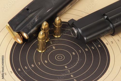 Leinwandbild Motiv 9mm  Pistole Schießscheibe