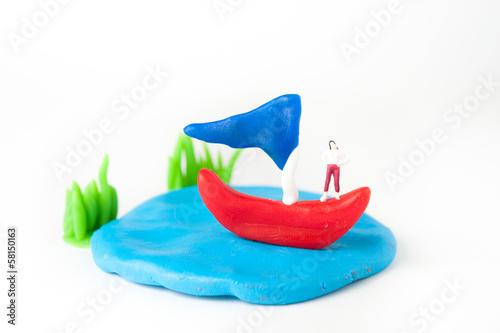 粘土のヨットと湖と女性