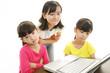 パソコンを勉強をする女の子たち