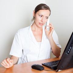Empfangsdame gibt Arzttermin per Telefon
