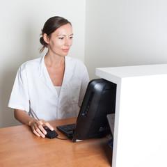 Arzthelferin am Komputer