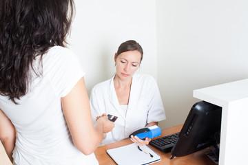 Patientin zahlt mit Kreditkarte