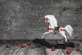 Fotoroleta Rustykalne tło- czarno- biały konik z czerwonymi elementami