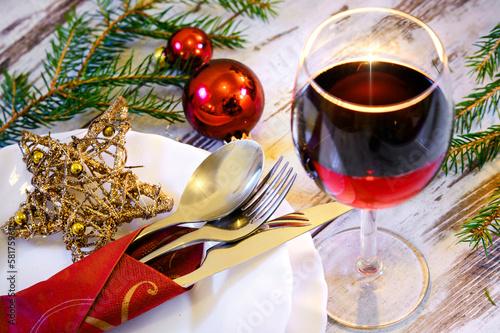 gedeckter und weihnachtlich dekorierter Tisch - 58175960
