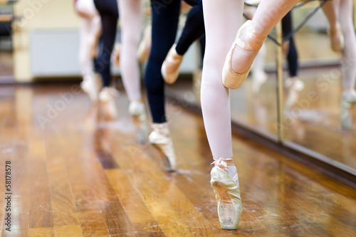 Fotobehang Dans Ballerinas in pointe position