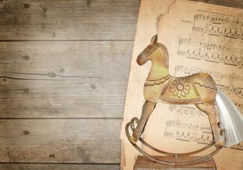 Hintergrund - Notenblätter und Schaukelpferd
