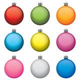 Bombki świąteczne, różne kolory i wzory, izolowane na białym tle