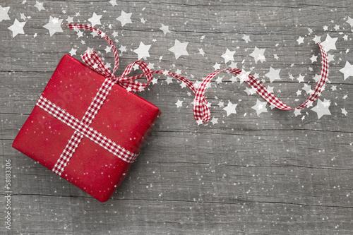 Weihnachtsgeschenk rot für Weihnachten als Gutschein mit Holz