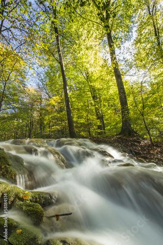 Plakat Piękne wodospady na słoneczny dzień jesieni w górach