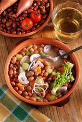 zuppa di fagioli e scalogno nella ciotola di terracotta