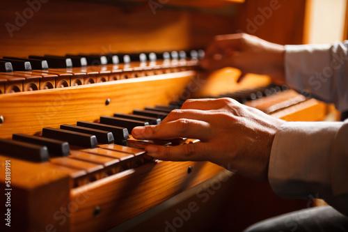 Leinwanddruck Bild Man playing a church organ