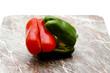 Rote und grüne Paprika auf Schneidebrett