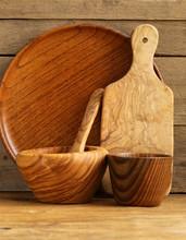 ensemble d'ustensiles organiques en bois sur fond de bois naturel