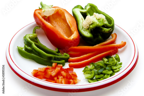 Grüne und rote Paprika in Streifen und Stücke