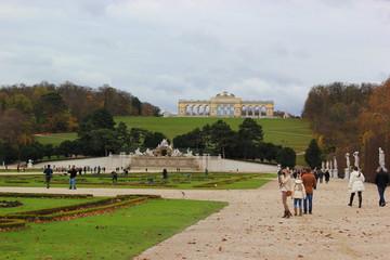 Garten von Schloss Schönbrunn mit Gloriette und Neptunbrunnen