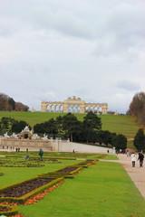 Garten von Schloss Schönbrunn mit Neptunbrunnen und Gloriette