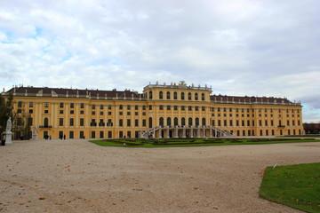 Schloss Schönbrunn mit Parkanlage in Wien im Herbst