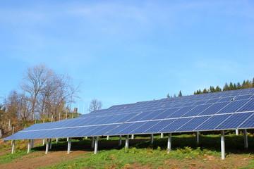 Detailaufnahme von Sonnenkollektoren einer Photovoltaikanlage