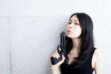 銃を持った女性