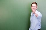 erfolgreicher student zeigt daumen hoch