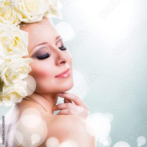 attraktive sinnliche Frau mit Rosenkopfschmuck