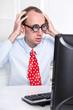 Mann mit Krawatte und Brille schockiert im Büro
