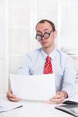 Geschäftsmann sitzt gelangweilt im Büro - Langeweile