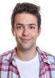Portrait eines lächelnden jungen Mannes im karierten Hemd