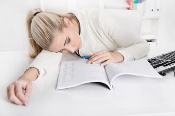 Burnout - Frau überarbeitet und schlafend im Büro