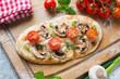 Pizza mit Champignons,Tomaten und Zwiebeln