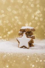 Zimtsterne im Schnee gold