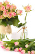 Rosen und Tulpen in altrosa