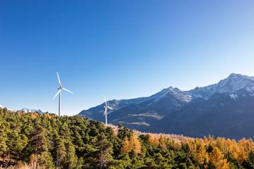 Pale eoliche in montagna nel bosco in autunno