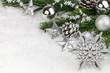 silberner Weihnachtsstern winterlich dekoriert