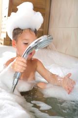 Kleiner Junge in der Badewanne