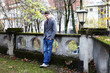 junger Mann an einer Mauer