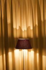 Stehlampe und Gardine