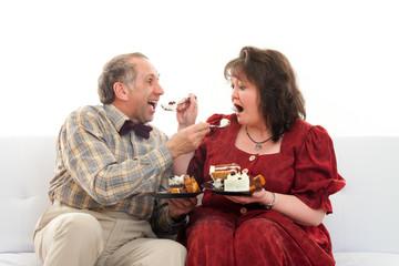 Paar füttert sich mit Torte