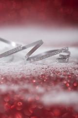 Schleifenband auf Schnee mit rotem Hintergrund