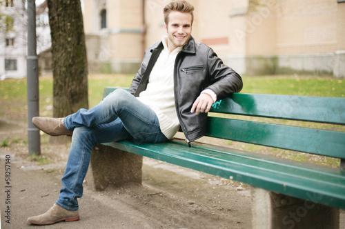 junger Mann im Park