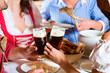 Leute in Tracht essen in Wirtschaft oder Restaurant