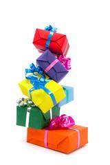 Turm von bunten Geschenkpaketen