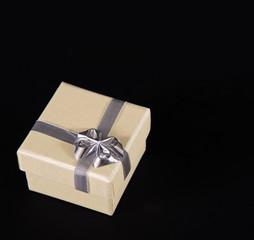 Goldenes Geschenk auf schwarz