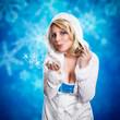 junge Frau pustet Schneeflocken