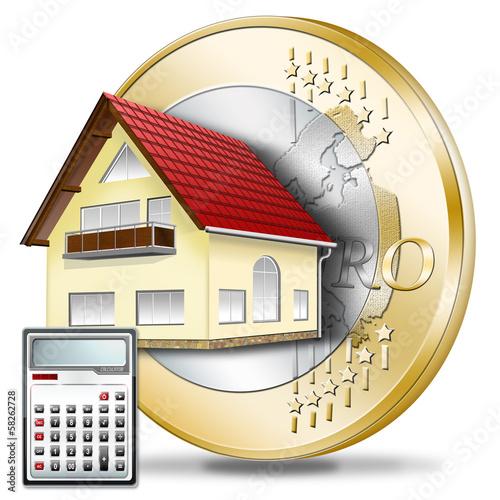 Haus mit Euromünze und Taschenrechner.