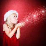 kleines Mädchen pustet Sternchen