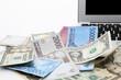 パソコンと外国紙幣