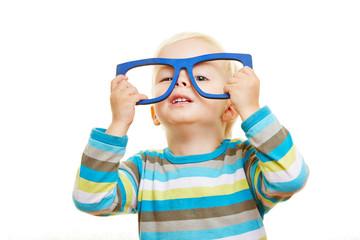 Kind trägt eine übergroße Brille