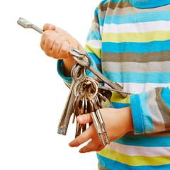 Hände eines Kindes halten viele Schlüssel