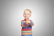 Lachendes Kind hält beide Daumen hoch